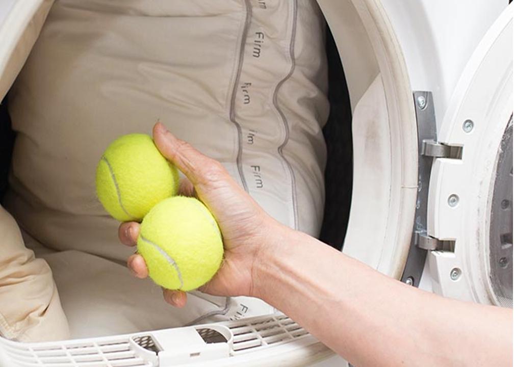 La strana coppia: palline da tennis & lavatrice
