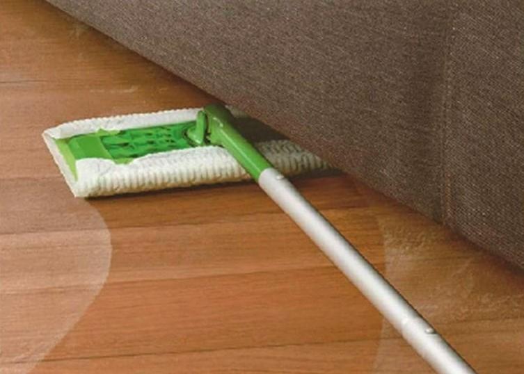 Grandi alleati per le pulizie domestiche: le scope cattura sporco