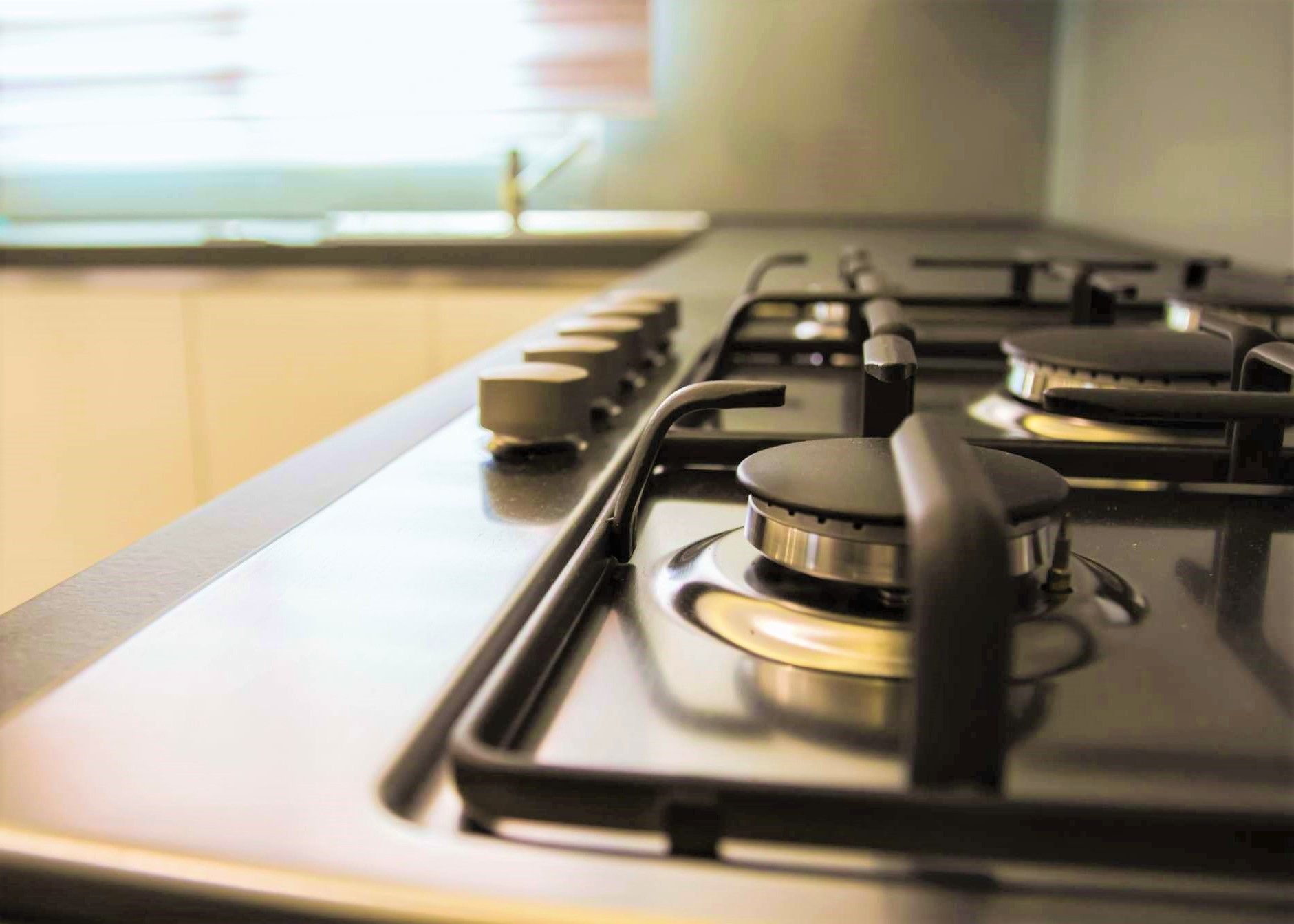 Il piano cottura in acciaio: pulito e lucidato